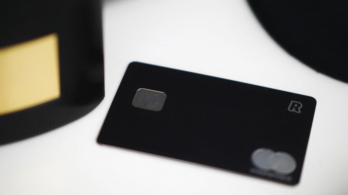 Černá kreditní karta využitelná k placení.
