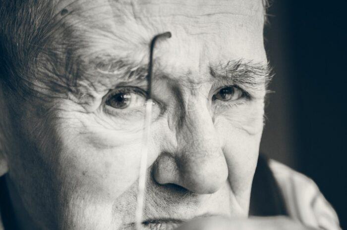 Starý muž, který využívá své penzijní připojištění.